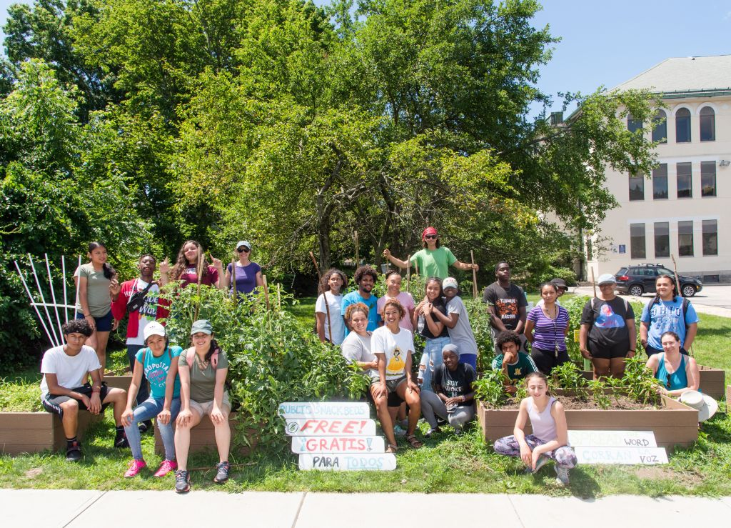 FRESH Crew and volunteers at the Broad Street snack beds.